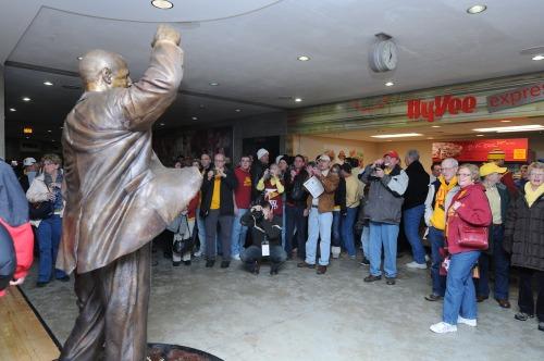 Fans_statue